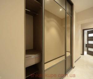 большой встроенный шкаф-купе для коридора с зеркалами