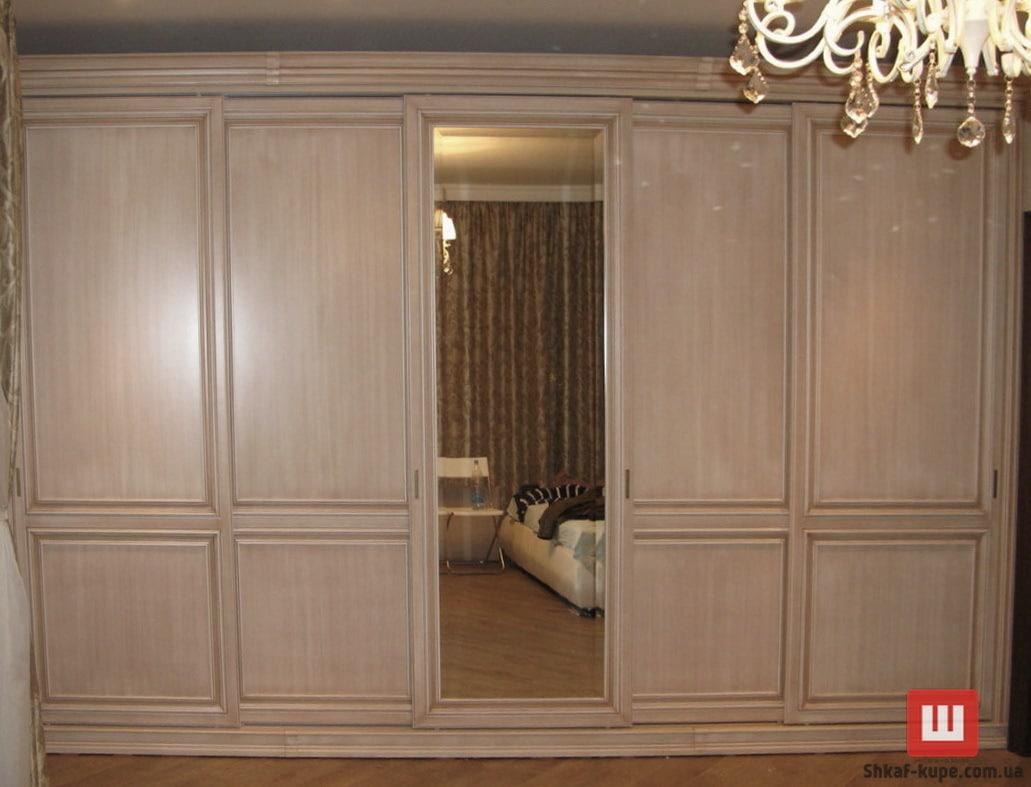 большой шкаф с деревянными фасадами