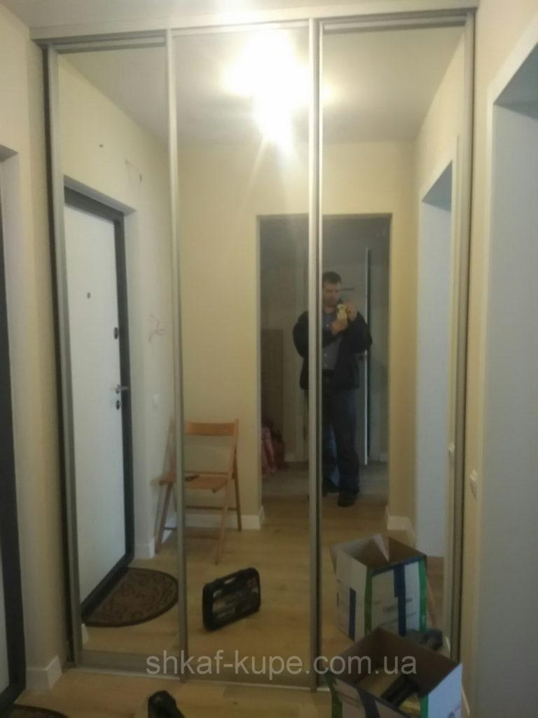 трехдверный шкаф купе в коридор из зеркала