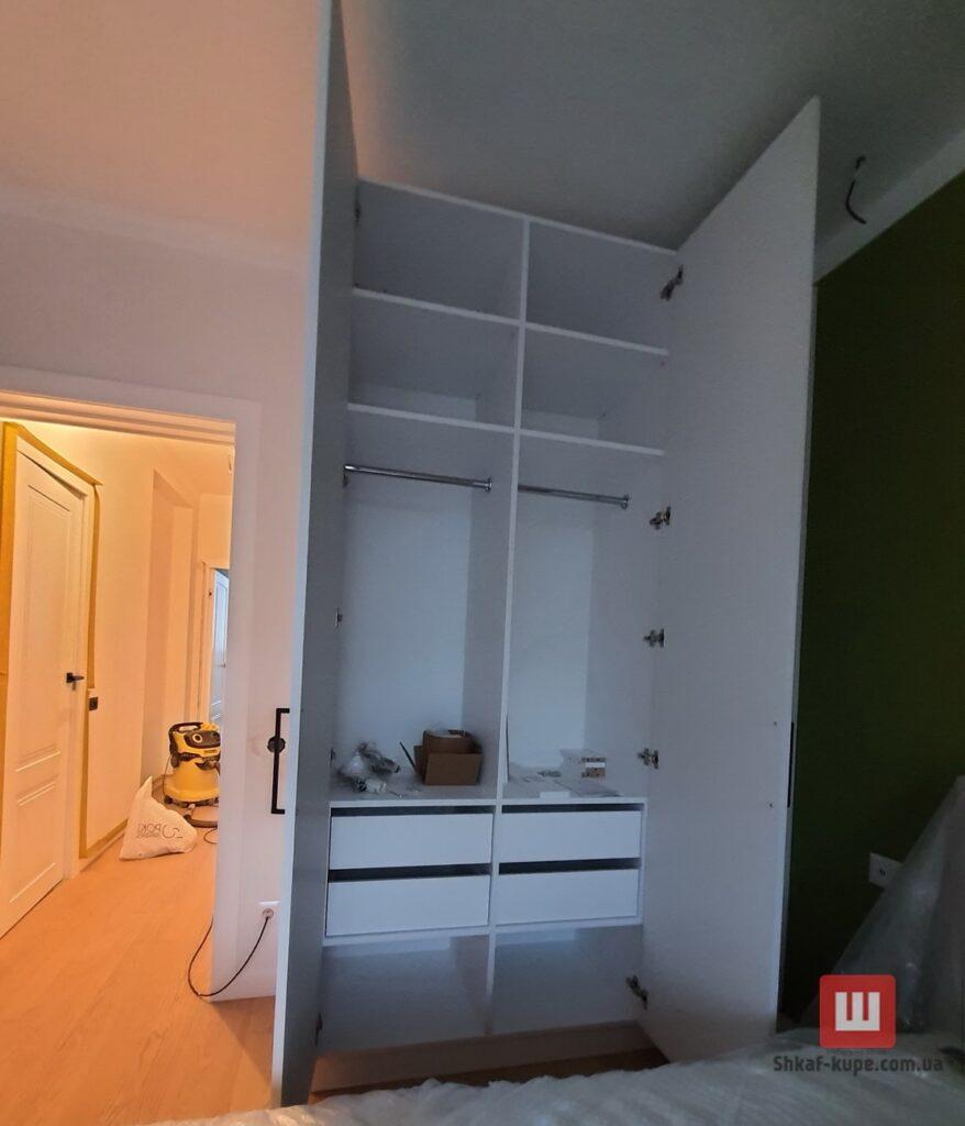 маленький встроенный шкаф