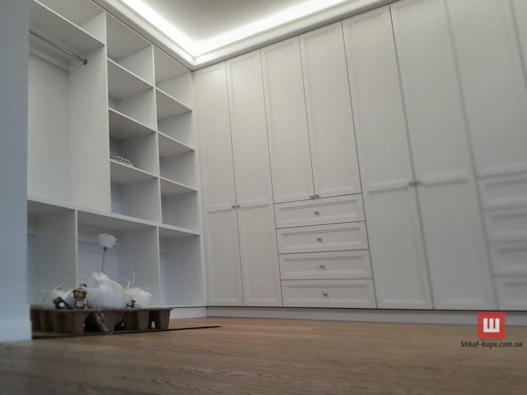 встроенный белый шкаф