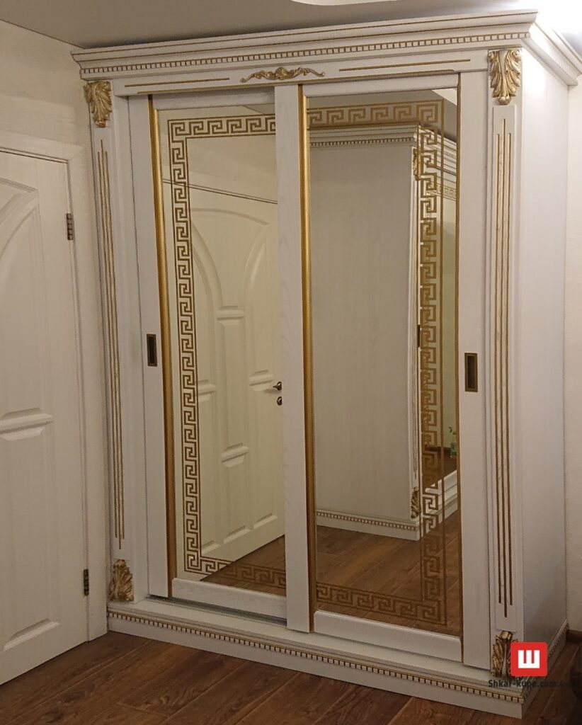 шкаф из дерева с зеркальными дверями на заказ