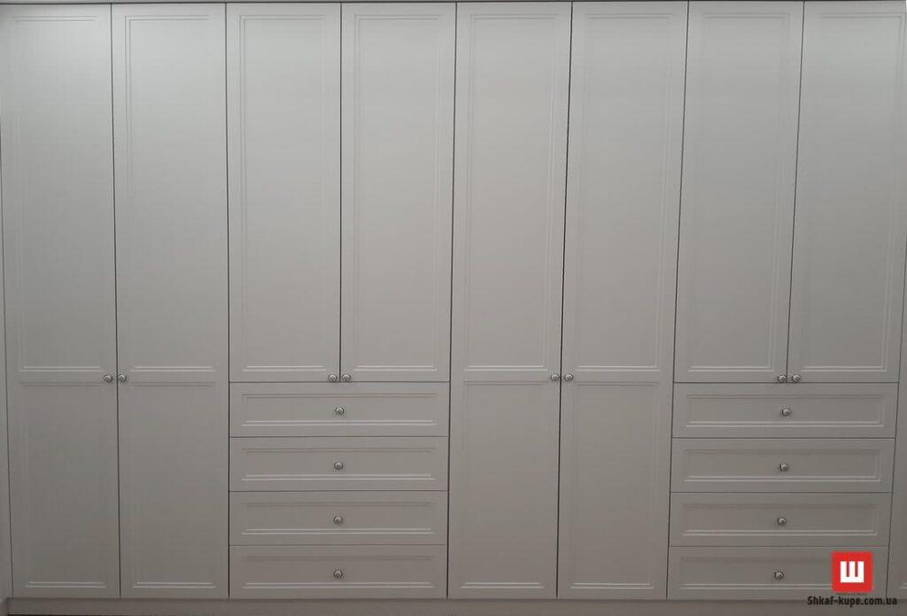 белый деревянный шкаф