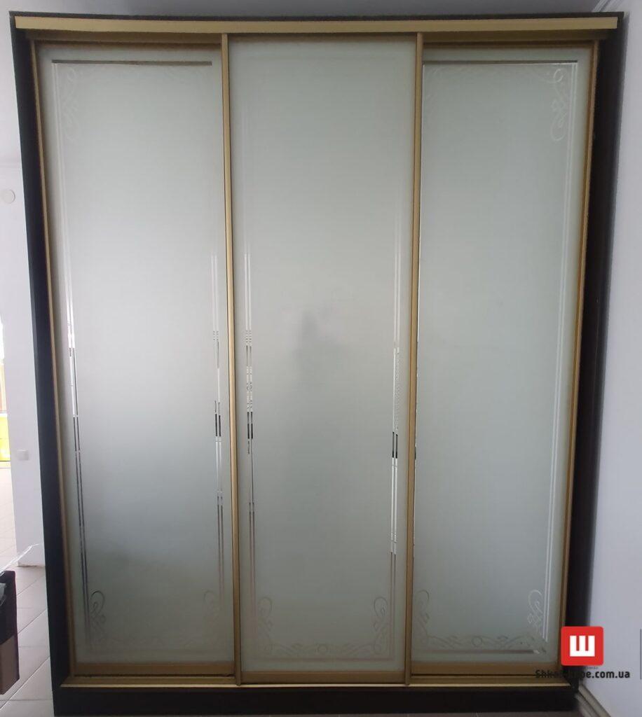 трехдверный шкаф с пескоструйной печатью на заказ