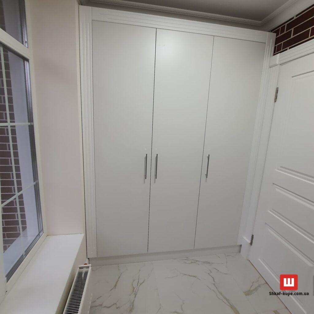 трех дверный шкаф встроенный в коридор на заказ