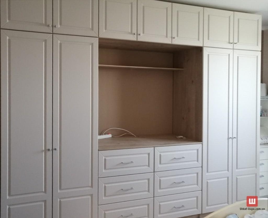 Шкаф во всю стену с телевизором