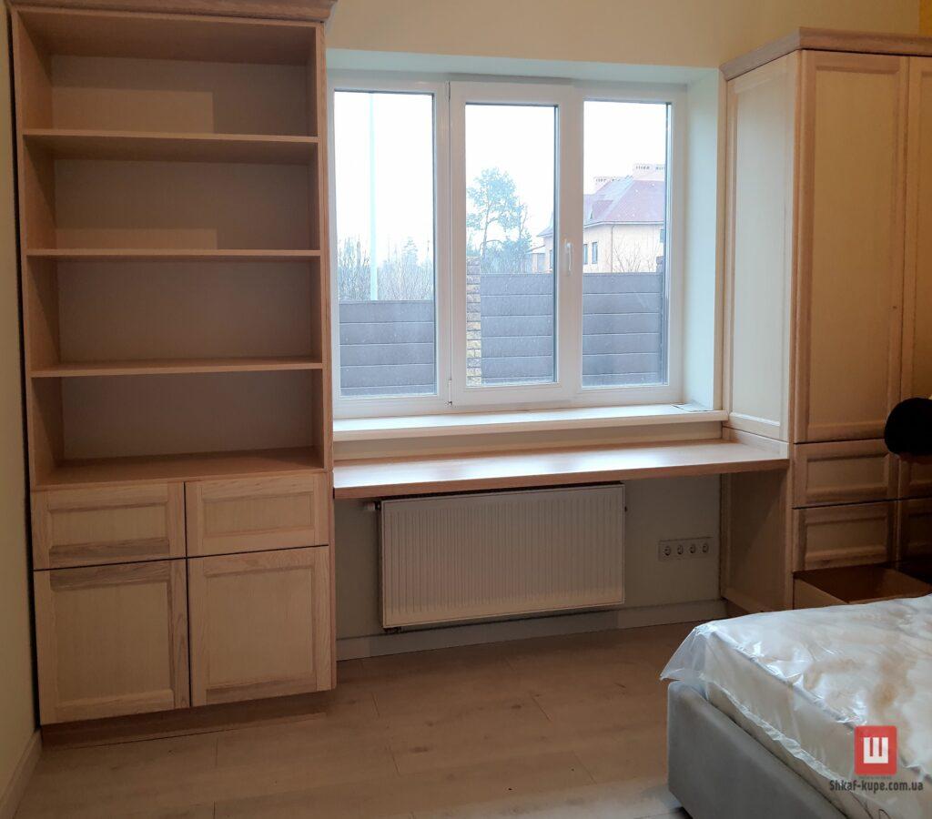 шкаф вокруг окна для книг
