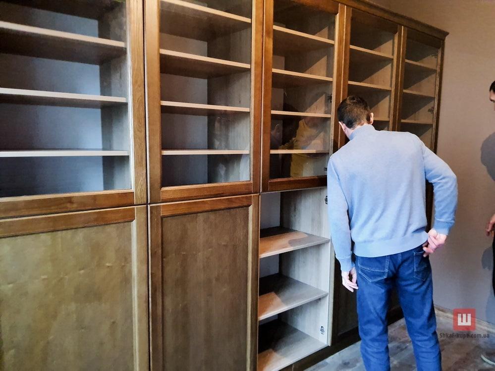 Шкаф из массива для хранения книг