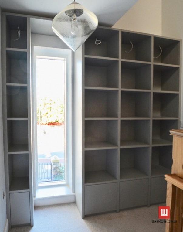 открытая мебельная стенка вокруг окна